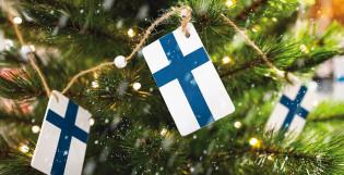 Suomen lippuja joulukuusen oksilla