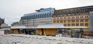 Kauppatorille rakenteilla oleva toripaviljonki, taustalla rakentuu uusi Börs-hotelli.