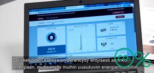 Tietokoneen näytöllä aurinkopaneelien tuotantoseurantaa