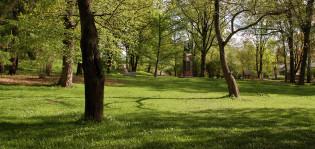Vehreä kuva tyhjästä Tuomaanpuistosta