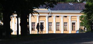 Kesäinen kuva Tuomiokirkkokadulta, kuvassa kaksi ihmistä.