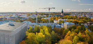 Yliopistonmäki Turussa ruska-aikaan, taustalla Turun tuomiokirkko.