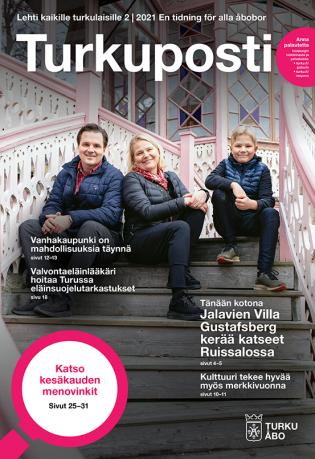 Turkupostin 2, 2021 kansi, jossa kuvassa Jalavien perheestä kolme istuu Villa Gustagsbergin portaikossa. Kannessa on lehden nimen lisäksi muutamia otsikkonostoja ja Turun kaupungin logo.