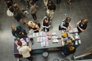 Opiskelijat tutustuvat Turun kaupungin kulttuuritarjontaan RSGT-messuilla.