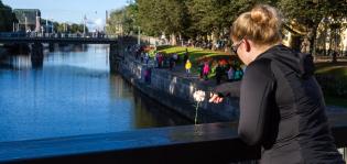Turun päivänä jokeen laskettiin 1000 neilikkaa iskussa kuolleiden muistoksi, loukkaantuneille ja kaikkien omaisille.