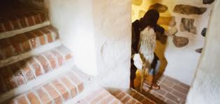 Turun linnan tonttu-ukko kävelee portaissa