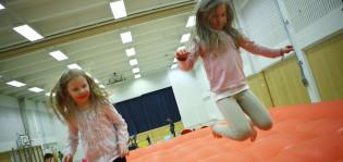 Tytöt hyppivät