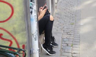 Tyttö ja puhelin