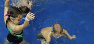 Lapset uimakoulussa