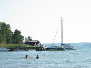 Kaksi ihmistä uimassa meressä.