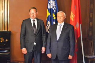Kaupunginjohtaja Aleksi Randell ja Pietarin kuvernööri Georgi Poltavtshenko kättelevät allekirjoitustilaisuudessa