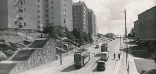 Liikennettä Martinmäessä. Raitiovaunu ja autoja. Kuva 1950-luvulta.