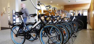 Pyörät rivissä pääkirjaston aulassa
