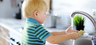 Pieni lapsi pesee käsiään