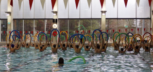 Vesijumppaat Impivaaran uimahallissa.