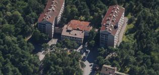 Entisen Luolanvuoren vanhainkodin rakennukset ilmakuvassa