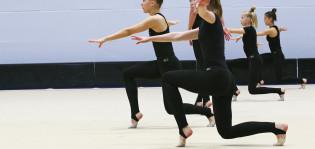 Tytöt voimistelutreeneissä Kupittaan palloiluhallissa.