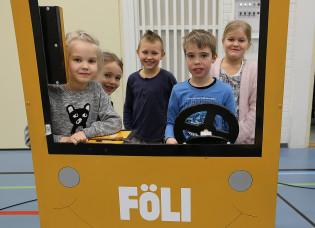 Lapsia Föli-bussin lavasteissa