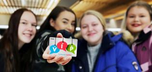 Neljä nuorta, joista yhdellä on kädessä värikäs Ysivip-kortti.