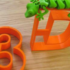 3D-tulostettu numero 3, kirjain d ja sisilisko