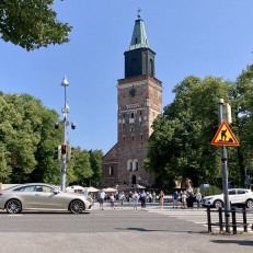 Liikennettä Tuomiokirkon edustalla.