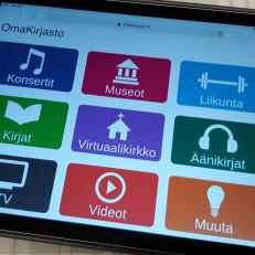 Tabletti, jossa auki omakirjasto.fi-sivu