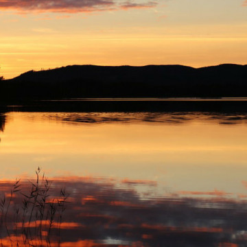 Maanantailukupiirin kuvitusvalokuva, vesimaisema auringonlaskun aikaan