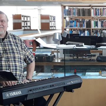 Muusikko Timo Rautala kirjastossa