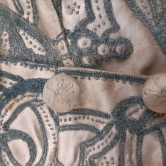 vaaleanruskea silkkiliivi mustin kirjailluin koristein ja vaaleanruskein napein