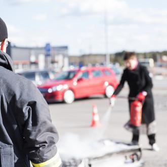 Palotarkastaja Lasse Louhi opettaa alkusammutusta VarTu-koulutuksessa keväällä 2017.