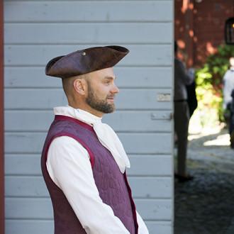 Isäntä vastaanottamassa vieraita Qwenselin portilla. Kuva: Ville Mäkilä