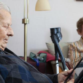 Seniori kuulokkeet korvilla