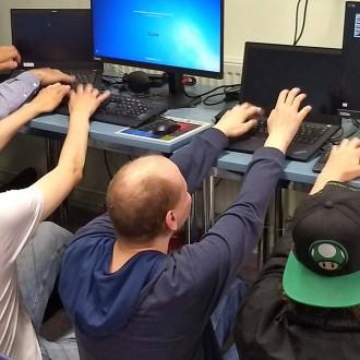 DigiPointin tiimi sormet näppäimillä