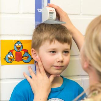 Pojalta mitataan lastennuvolassa pituutta.