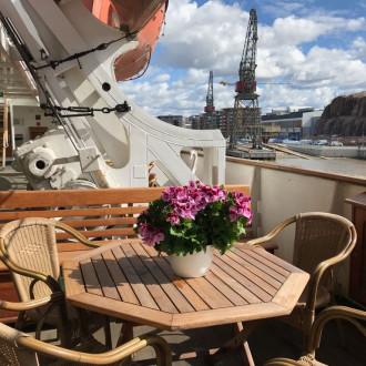 Boren kannella on kesäkahvila, josta kauniit näkyvät Turun jokirantaan. Kannelta löytyy kukkia, puupöytiä ja -tuoleja, joiden äärellä on hyvä nauttia kesästä.
