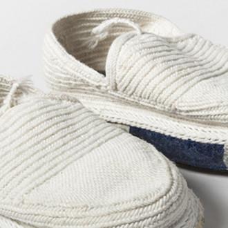 Valkoiset virkatut kengät.