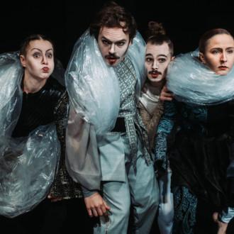 Kuinka kiivetä kukkulalle – ja sieltä alas -esityksen tanssijat Elina Raiskinmäki, Patrick Di Quirico, Côme Calmelet-Pyykkö ja Linda Björkqvist.