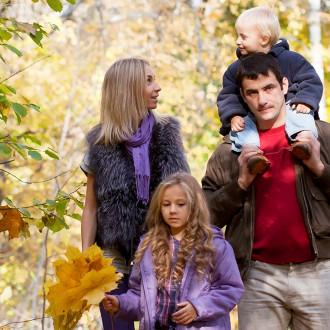 Perhe ulkoilee puistossa