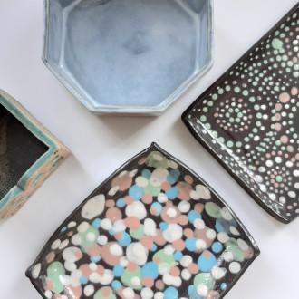 Keraamisia astioita, joissa enkope-koristelu.