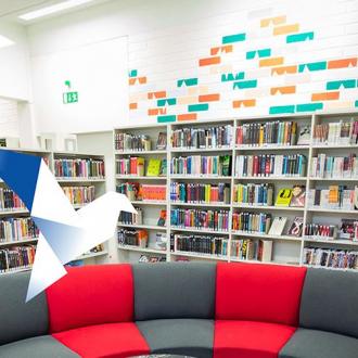 Kirjahyllyt kirjastossa