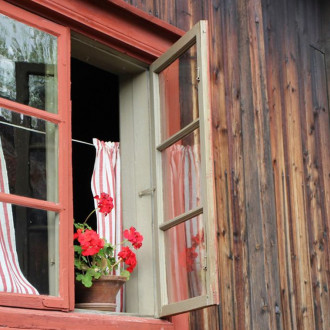 Avonainen ikkuna Luostarinmäellä