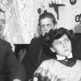 Pääkuvassa Lisie Nyström, mies ja kaksi varttuneempaa naista.