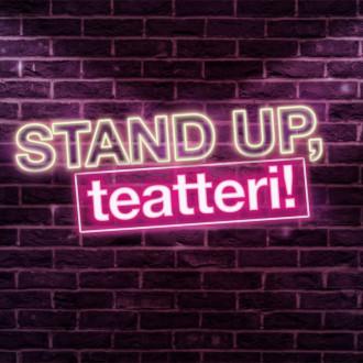Stand up teatteri -teksti neonvalokirjaimina tiiliseinällä.