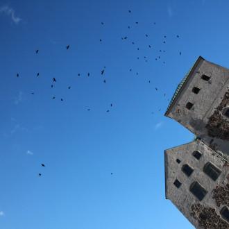 Turun linnan tornit sinistä taivasta vasten