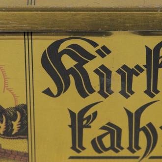 Suorakaiteen muotoinen peltinen kahvipurkki, jossa on kyljessä Turun tuomiokirkon kuva ja teksti Kirkkokahvi fraktuuralla kirjoitettuna.