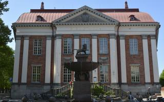 Pääkirjaston vanha puoli Vähätorilta päin