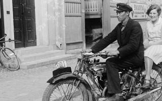 Moottoripyöräilijä Eerikinkadulla vuonna 1933