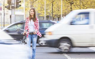 Tyttö pyörällä ylittämässä katua