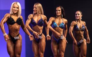 Body fitness -kilpailijoita poseeraamassa.
