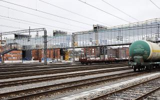 Kuvassa Turun ratapihan aluetta ja sen yli kulkeva rakenteilla oleva Logomon silta.
